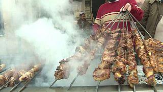 """شاهد: عاصمة اللحم المشوي التقليدي """"الكباب"""" في باكستان"""