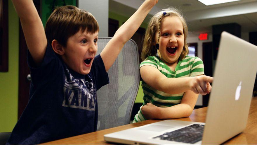 کودکان و تماشای صفحات نمایش