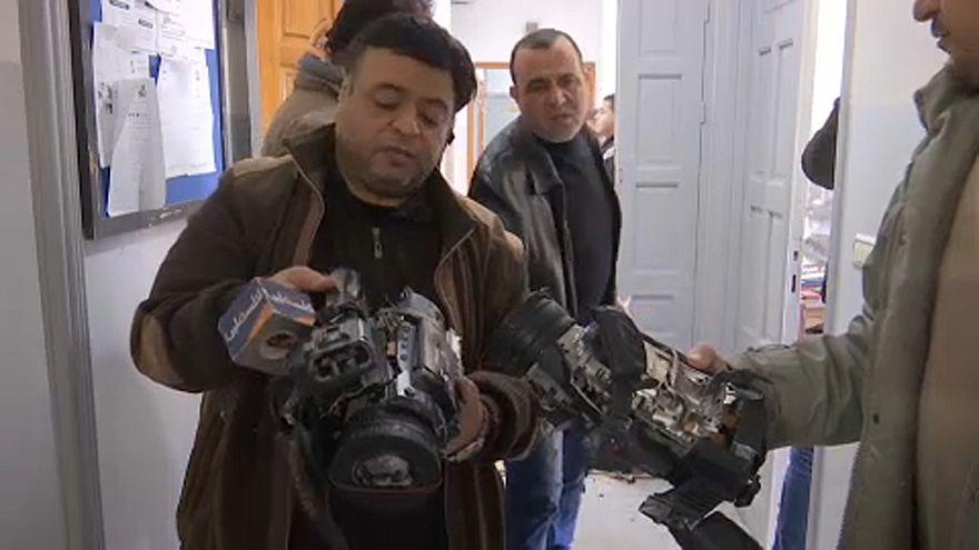 شاهد: مجهولون يقتحمون تلفزيون فلسطين في غزة ويحطمون معداته