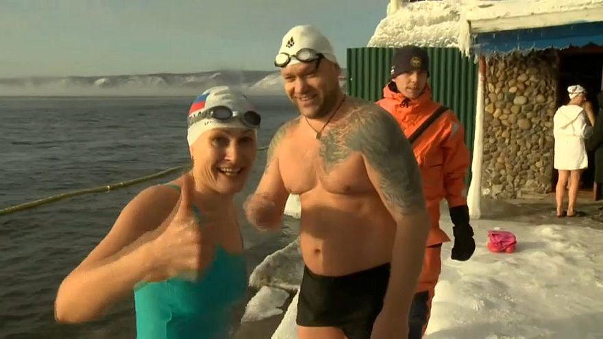 شاهد: نساء ورجال وأطفال يسبحون بدرجة حرارة 17 تحت الصفر!