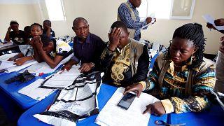 La Comisión Electoral del Congo revisa los formularios de votación.