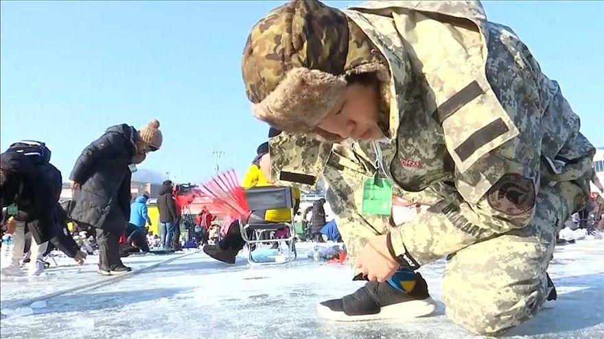 Buz tutmuş gölde alabalık avlama festivaline rekor katılım
