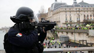 Fransa İçişleri Bakanı Castaner'dan biber gazı savunması: Yaralı sayısı artar