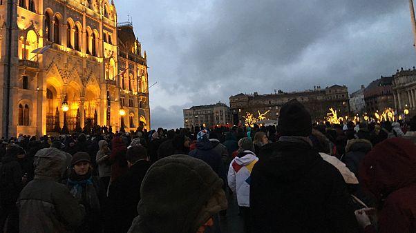 Megtelt tüntetőkkel a Kossuth tér