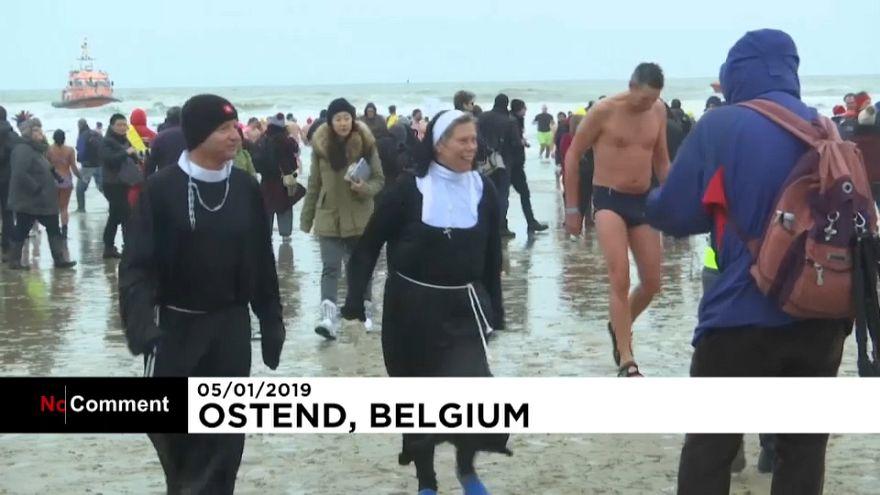 بلژیک؛ خوشآمد به سال جدید میلادی با شنای زمستانی