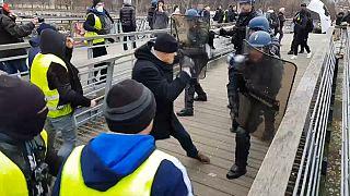 Gilet gialli, atto VIII: ancora violenze. Pugile professionista contro agenti