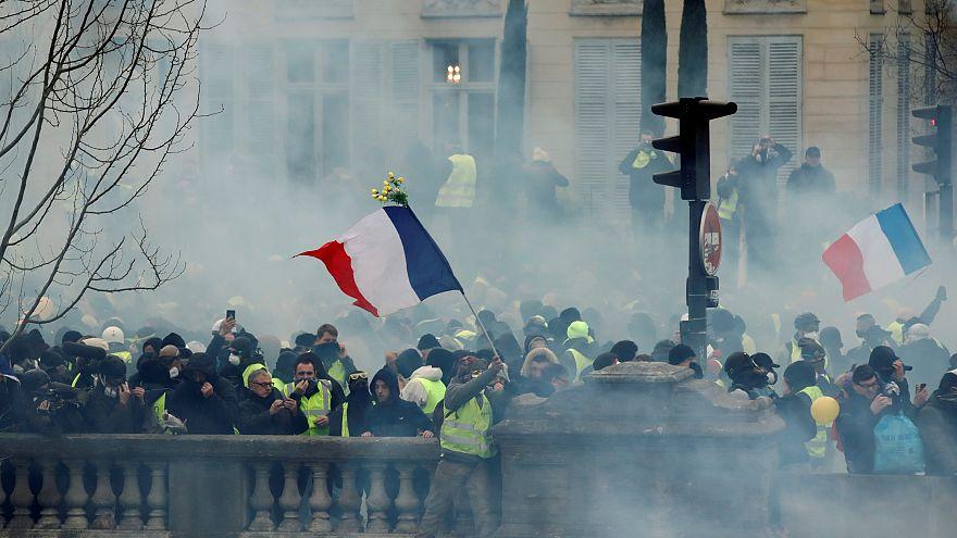Rendőrökre támadtak a tüntetők Franciaországban