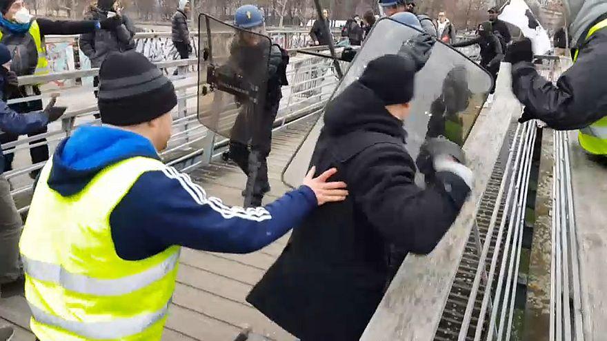 Video |Sarı yelekli şampiyon boksör Fransız polisini yumrukla dağıttı