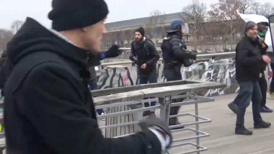 شاهد: ملاكم فرنسي سابق يوجه لكمات قوية  لشرطي أثناء مظاهرات السترات الصفراء