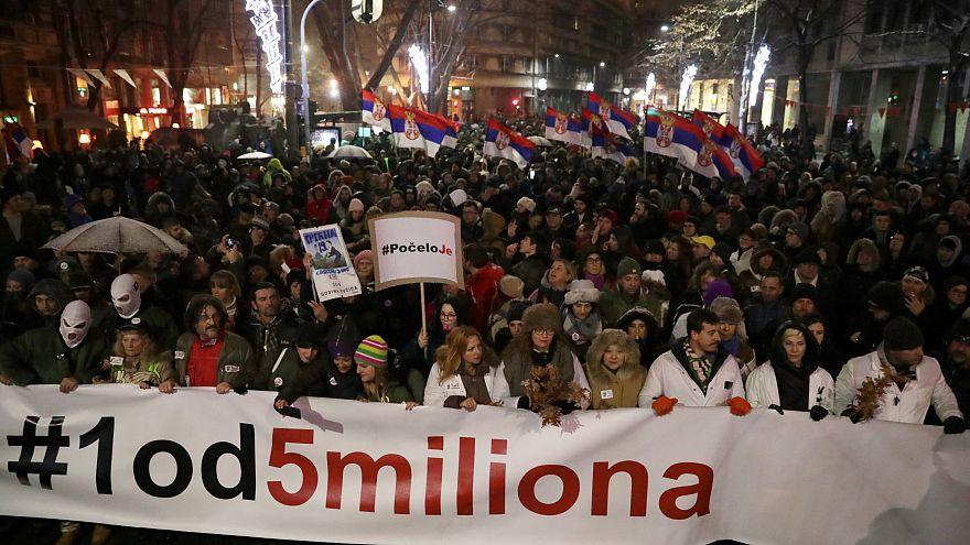 """Sırbistan'da göstericiler """"5 milyondan yalnızca biri"""" yazılı döviz taşıdı"""