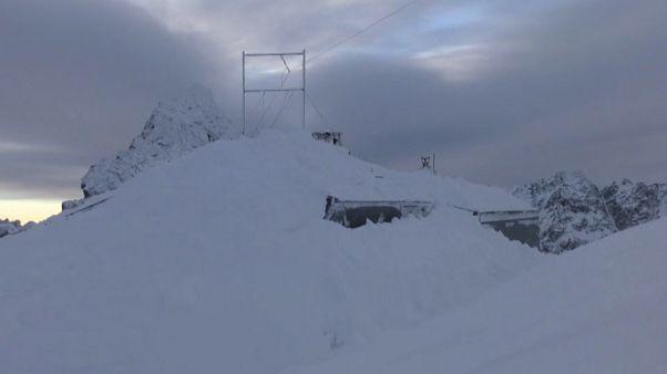 شاهد: انهيار ثلجي يتسبب في طمر شاليه بالكامل في أعلى قمة بسلوفاكيا