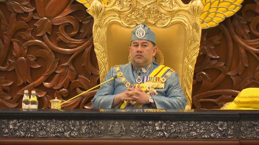 Rei da Malásia terá abdicado por amor