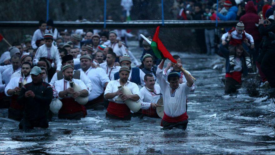 مراسم مذهبی در بلغارستان؛ رقص با صلیب چوبی در آب یخ زده