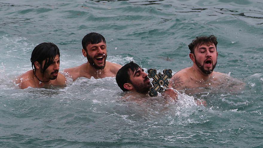 Istanbul: Dreikönigsfeier im kalten Wasser des Bosporus