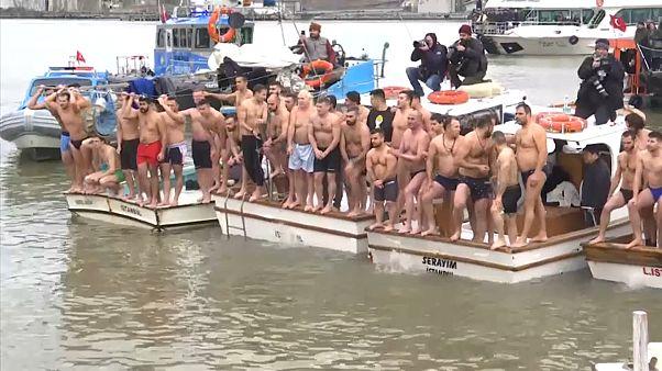 شاهد: العشرات يتسابقون للامساك بصليب خشبي في مياه البوسفور في عيد الغطاس