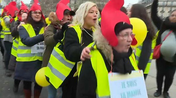 """شاهد: """"الأيدي الناعمة"""" في باريس..  مظاهرة للسترات الصفراء يقودها الجنس اللطيف"""