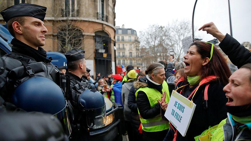 شاهد:ضابط شرطة فرنسي يضرب محتجي السترات الصفراء بعنف