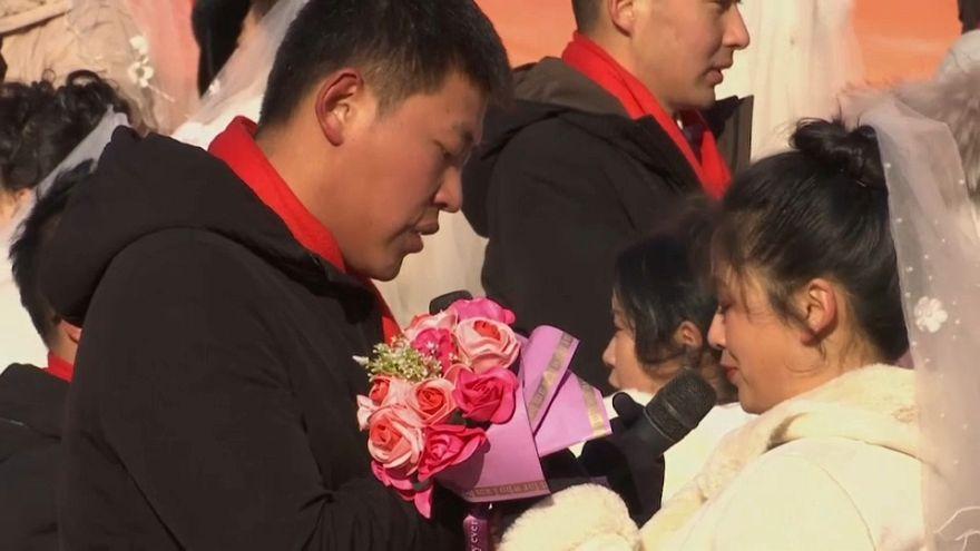 شاهد: حفل زواج جماعي في مهرجان هاربين للثلج في الصين