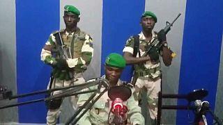 نظامیان گابنی در حال قرائت بیانیه ارتش علیه علی بونگو، رئیس جمهوری