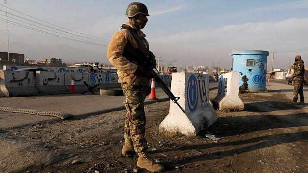 یک مامور پلیس افغانستان در نزدیکی کابل