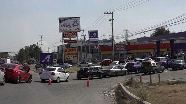 Lunghe code in Messico per qualche litro di benzina