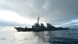 تزامناً مع محادثات تجارية.. مدمرة أمريكية تبحر في بحر الصين الجنوبي