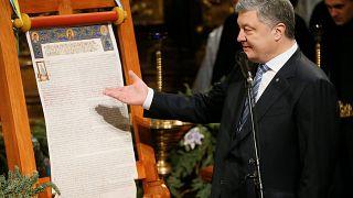 Президент Пётр Порошенко с томосом об автокефалии в Софийском соборе