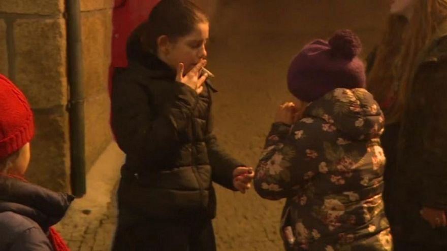 Los niños de un pueblo portugués fuman para celebrar los Reyes Magos