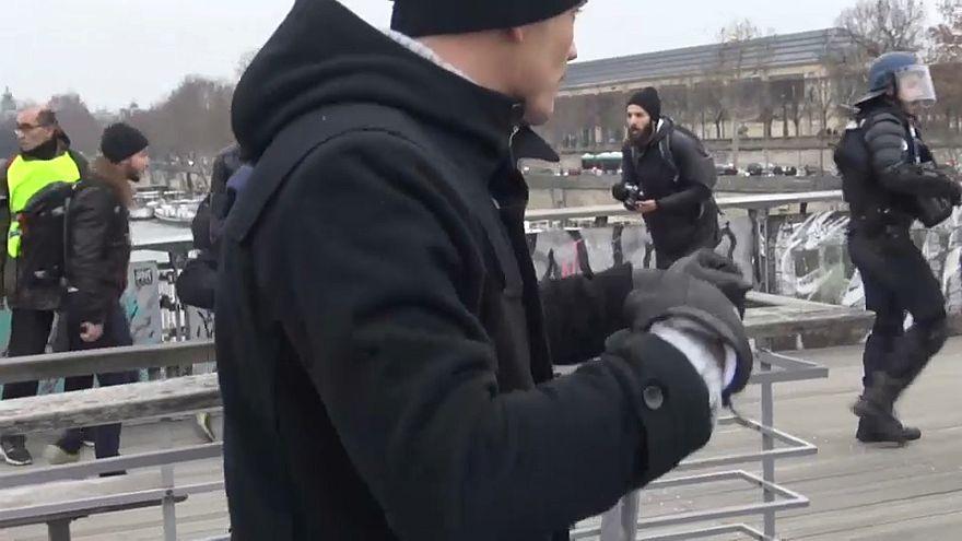 """Se entrega a la policía el """"chaleco amarillo boxeador"""" que la emprendió a puñetazos con dos agentes"""