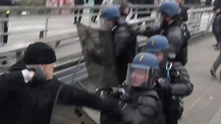 Coletes amarelos: pugilista agride polícia