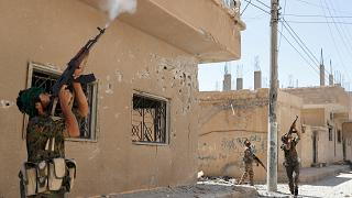 مقاتلو وحدات حماية الشعب يطلقون النار على طائرة بدون طيار لداعش في الرقة