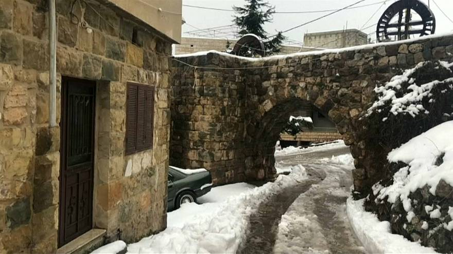 شاهد: الثلوج تغطي شمال لبنان .. واللبنانيون يتمتعون بمناظر خلابة