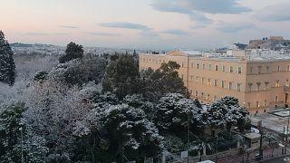 Χιόνι ακόμη και στην πλατεία Συντάγματος (εικόνες & βίντεο)
