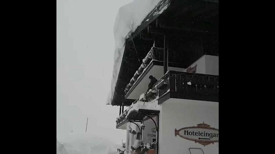 Almanya-Avusturya sınırında evler kar altında kaldı