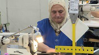 Bulgaria, el país de la UE con el salario mínimo más bajo, lucha por conservar su industria textil