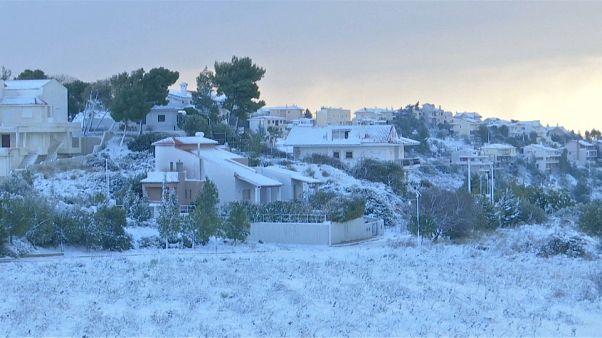 شاهد: ثلوج تغطي أثينا وموجة من البرد القارس تعم اليونان