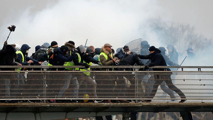 وزیر پیشین آموزش و پرورش فرانسه: به پلیس حق تیر بدهیم