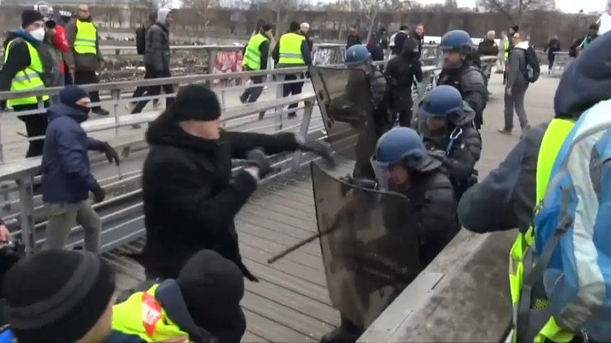 کریستوف روتینگر، قهرمان بوکس فرانسه، پلیس ضد شورش را با مشت به عقب میراند