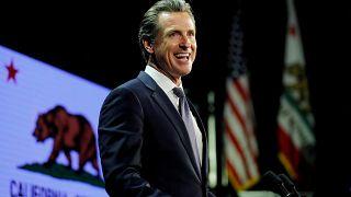 فرماندار کالیفرنیا مراسم تحلیف را با کودک ۲ سالهاش به جای آورد