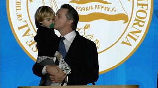 """شاهد"""" ابن حاكم كاليفورنيا الجديد يقتحم حلف والده اليمين الدستوري"""