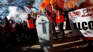 مواجهات بين الشرطة وعمال محتجين على إغلاق مصنعي ألومينيوم في إسبانيا