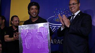 O ayaklar artık ölümsüz: Ronaldinho Brezilya'da bir müzeye ayak izlerini bıraktı