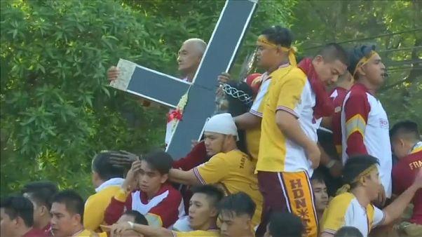 شاهد: ملايين الفلبينيين يخرجون في موكب سنوي تبركا بالمسيح