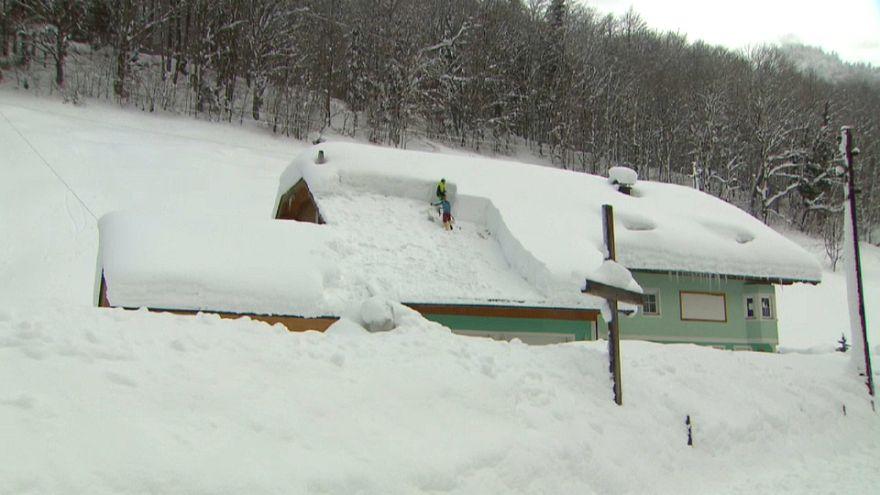 В Австрийских Альпах из-за снегопадов эвакуируют людей