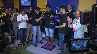 شاهد: رونالدينيو يخلد بصمة قدميه في قاعة مشاهير الساحرة المستديرة في ماراكانا