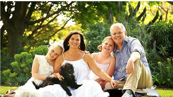صورة لرئيس وزراء أستراليا بقدمين يسار تثير عاصفة من السخرية