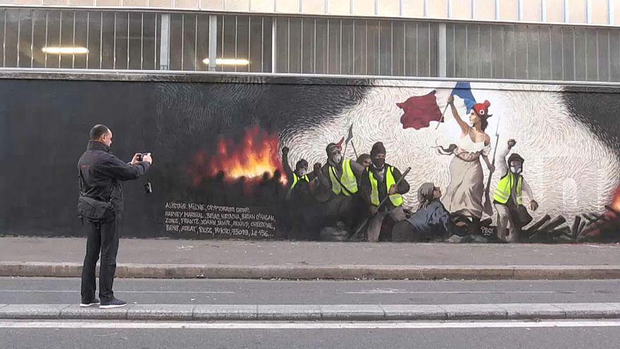"""شاهد: لوحة جدارية في باريس مستوحاة من رمز الثورة """"الحرية تقود الشعب"""" تضامنا مع السترات الصفراء"""