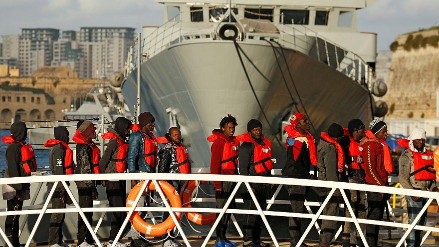 Migrantes desembarcam no porto Marsamxett, em La Valletta