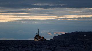 Malta haftalardır denizde bekleyen 49 göçmen için limanlarını açtı