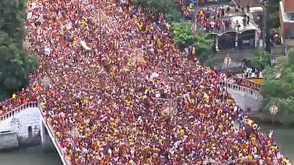 """شاهد: أكثر من مليون مؤمن كاثوليكي يحيون موكب """"الناصري الأسود"""" في مانيلا"""